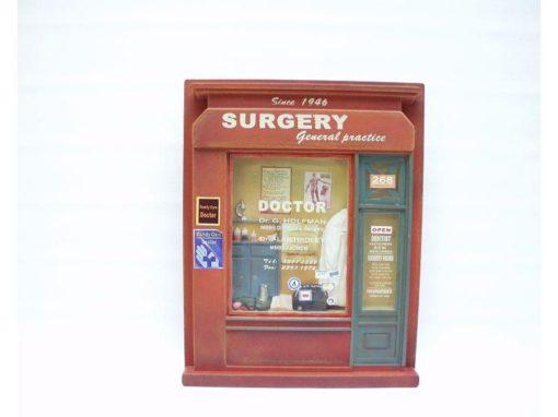 """Wanddecoratie hout """"Surgery"""" 29x37cmH"""
