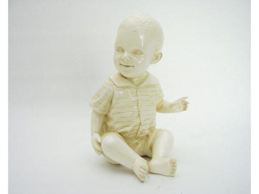 Kind zittend ivoorkleur 15cmH
