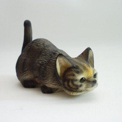 Kat gestreept porselein sluipend klein 11x6cmH