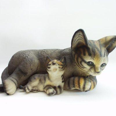 Kat met jong liggend groot porselein gestreept 21cmH