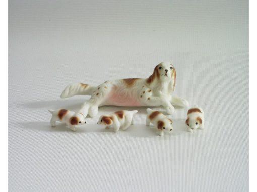 Basset liggend met 4 puppies 8cmLx3cmH