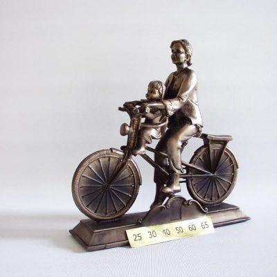 Vrouw met kind op fiets jubilaris 20cmLx20cmH