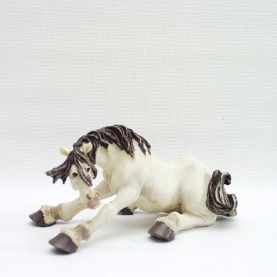 Paard zittend omkijkend 17x9cmH