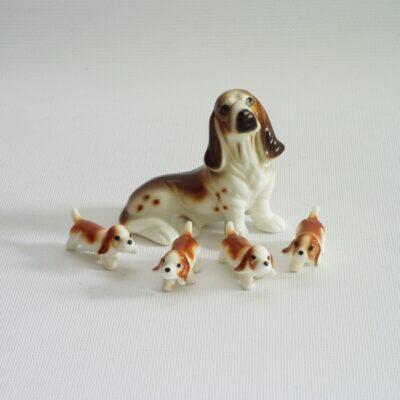 Basset zittend met 4 puppies 5cmLx4cmH