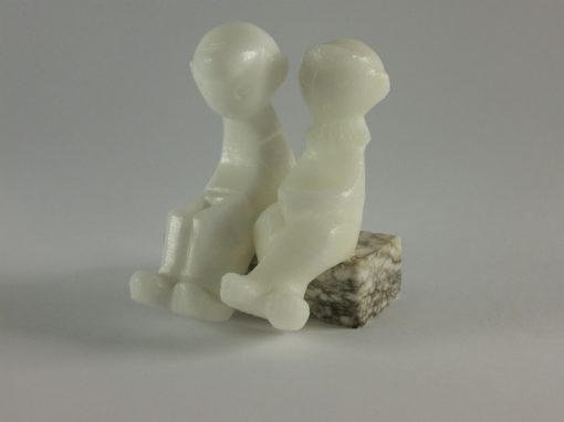 Meisje/Jongen op bankje steen 7.5cmH