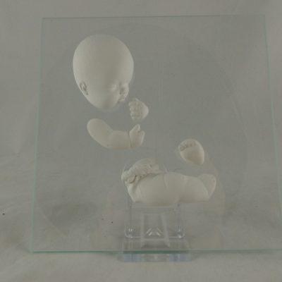 Baby op glas zittend rechts 16x16cm