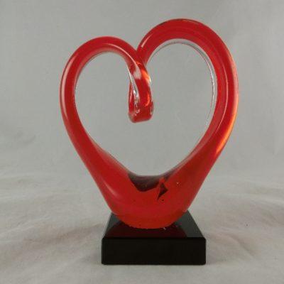 Glassculptuur hart rood op sokkel 14x18cmH