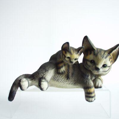 Kat liggend over rand met jong 17cmLx10cmH