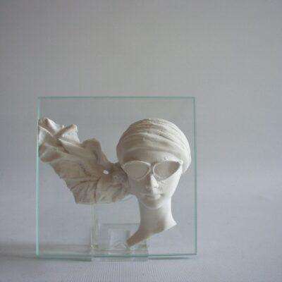Vrouw met bril op glas
