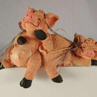Varkens hangend over rand 19cmLx9cmH