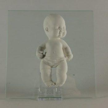 Baby liggend op rug op glasplaat 16x16cm