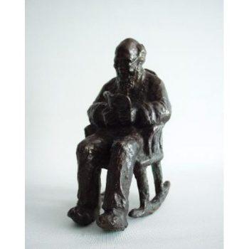 Opa in schommelstoel brons 17cmH